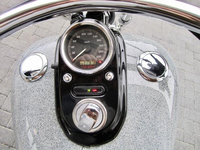 Harley-Davidson DYNA Street Bob  CUSTOM SPEZIAL Jekill und Hyde (Bild 20)