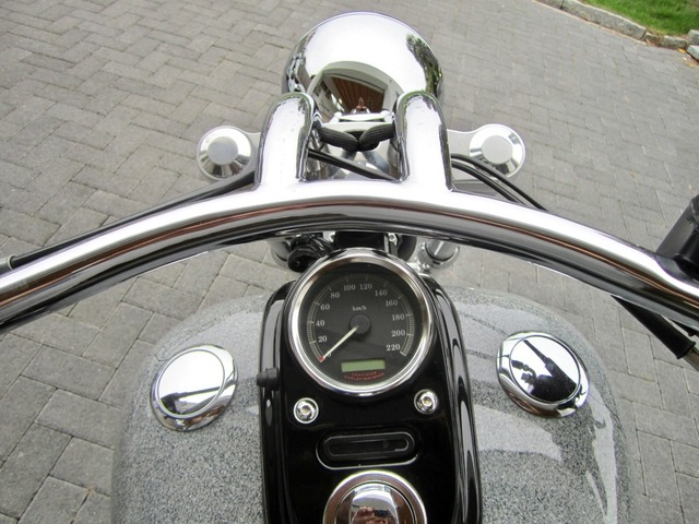 Harley-Davidson DYNA Street Bob  CUSTOM SPEZIAL Jekill und Hyde (Bild 26)